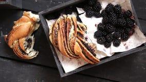 Zarzamoras frescas y concepto rústico del pan, del desayuno o del almuerzo almacen de metraje de vídeo