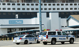 Zarząd Portu Milicyjny Nowy Jork Nowy - bydło providing ochronę dla Queen Mary 2 statku wycieczkowego dokującego przy Brooklyn rej Obrazy Stock
