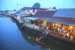Zasługa robi przy Tajlandzką rzeczną wioską Obrazy Royalty Free