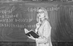 Zasady mog? robi? uczy? wydajny Kobieta uczy blisko chalkboard w sala lekcyjnej Wydajny nauczanie pogmatwany zdjęcie royalty free
