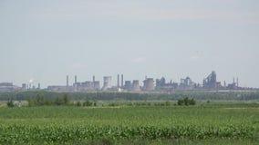 Zasadza fabryczny dalekiego w zielonej naturze, przemysłu zamknięty rolnictwo, gospodarka rozwoju zakończenia rolnictwo, globalny zbiory