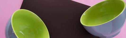 Zasięrzutnego mieszkania nieatutowy widok czysty ceramiczny tableware na kolorowym tle obraz stock