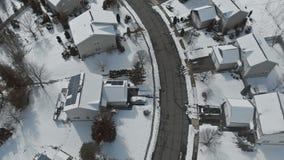 Zasięrzutny widok z lotu ptaka mieszkaniowi domy i wioska domy zakrywający w śniegu zbiory
