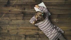 Zasięrzutna dziecko dziewczyna pisze Santa Claus prezenta liście na rocznika drewnianym tle Teksta lub logo kopii przestrzeń Vert zdjęcie wideo