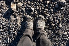 Zasięrzutna fotografia cieki na tle brąz ziemia Mężczyzna cieki Obraz Royalty Free