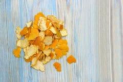 Zasięrzutna fotografia rozsypisko tangerine łupa z miejscem dla teksta, copyspace Wiele kawałki świeży pomarańczowy tangerine kor Zdjęcia Stock