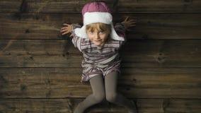 Zasięrzutna szczęśliwa uśmiechnięta dziecko dziewczyna z kapeluszowym portretem na rocznika drewnianym tle Teksta lub logo kopii  zbiory