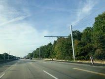 Zasięrzutne linie na próbnym terenie dla elektrycznych ciężarówek Fotografia Royalty Free