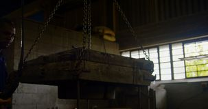 Zasięrzutnego żurawia przewożenia maszynowa foremka w warsztacie 4k zdjęcie wideo