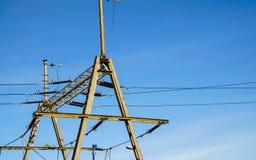 Zasięrzutnej linii drut nad linią kolejową patroszona ręka odizolowywać linie władza biel Obrazy Stock