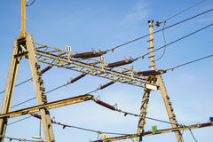 Zasięrzutnej linii drut nad linią kolejową patroszona ręka odizolowywać linie władza biel Fotografia Stock