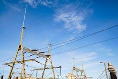 Zasięrzutnej linii drut nad linią kolejową patroszona ręka odizolowywać linie władza biel Obraz Royalty Free