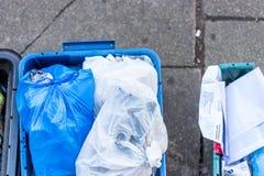 Zasięrzutni dnia widoku plastice odpady odmówić koszy pudełka na Brytyjskiej drodze Zdjęcie Royalty Free