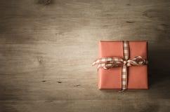 Zasięrzutny prezenta pudełko na drewnie Fotografia Royalty Free