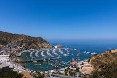 Zasięrzutny szeroki kąt zatoki widok Avalon schronienie z kasynem, przyjemności molem, żaglówkami i jachtami na Santa Catalina wy obrazy stock