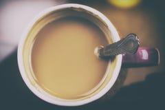 Zasięrzutny widok świeża purpurowa filiżanka kawy espresso kawa w ranku Stonowana fotografia fiołkowa filiżanka latte Domowej rob Obraz Royalty Free