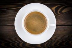 Zasięrzutny widok świeżo warzący kubek kawy espresso kawa na nieociosanym drewnianym tle z woodgrain teksturą Kawowej przerwy sty zdjęcia royalty free
