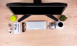 Zasięrzutny widok biuro z podstawowymi rzeczami na desktop fotografia royalty free