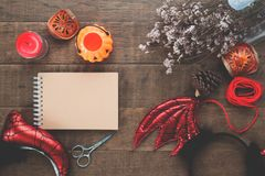 Zasięrzutny widok Halloween przyjęcia akcesoria na drewnianego, Odgórnego widoku Halloween pojęciu z koloru filtrem, Obraz Stock