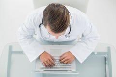 Zasięrzutny widok męski doktorski używa laptop Obrazy Royalty Free