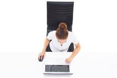 Zasięrzutny widok młody, ufny bizneswoman z laptopem, B Obraz Royalty Free