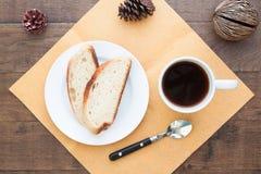 Zasięrzutny widok pokrojony domowej roboty chleb z kawą Obraz Royalty Free