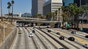 Zasięrzutny widok ruch drogowy na Ruchliwie 10 autostradzie w W centrum Los Angeles Kalifornia zdjęcie wideo