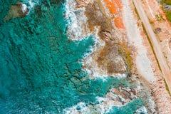 Zasi?rzutny widok turkusowy morze, fale i skalista linia brzegowa, fotografia stock