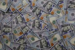 Zasięrzutny widok U S Sto Dolarowych rachunków Luźno Rozpraszających fotografia stock