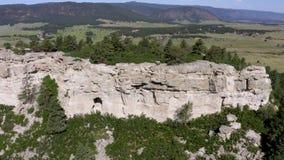 Zasięrzutny widok z lotu ptaka rockowa jar ściana i zieleni pole zdjęcie wideo