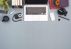 Zasięrzutny widoku biurowego biurka bohatera chodnikowiec obrazy stock