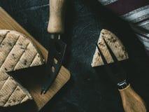 Zasi?rzutny obrazek ser z pikantno?? na no?u i rozwidlenie dla sera na stronie drewnianej deski i dodatku specjalnego obraz stock