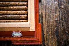 Zasięrzutny widok na humidor z cygarami Zdjęcia Royalty Free