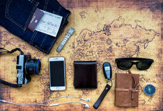 Zasięrzutny widok Traveler& x27; s akcesoria, Istotna urlopowa rzecz Zdjęcie Stock