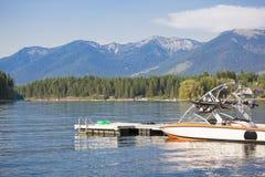 Zasila motorową łódź parkującą przy łódkowatym dokiem na scenicznym halnym jeziorze Zdjęcie Royalty Free