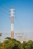 Zasilania elektrycznego wierza i przekaz linie Fotografia Stock