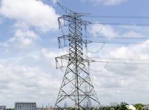 Zasilanie elektryczne sieci energetycznej lub przekazu pilonu druty, przekazu wierza w Tajlandia Fotografia Royalty Free