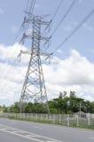 Zasilanie elektryczne sieci energetycznej lub przekazu pilonu druty, przekazu wierza w Tajlandia Zdjęcia Stock