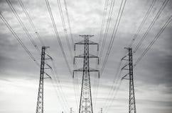 Zasilanie elektryczne sieci energetycznej lub przekazu pilonu druty, przekazu wierza w Tajlandia Zdjęcie Stock