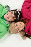 Zasięrzutny Widok Dwa Nastolatka Na Narciarskim Wakacje Fotografia Royalty Free