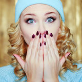 Zaskakująca lub szokująca kobieta z niebieskimi oczami Obraz Stock