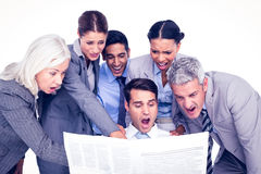 Zaskakujący ludzie biznesu patrzeje gazetę obraz royalty free