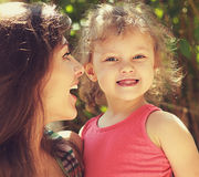 Zaskakujący szczęśliwy macierzysty patrzeć na zabawa dzieciaku Zdjęcie Royalty Free