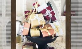 Zaskakuje otwierać drewnianego drzwiowego zbliżenie na kolorowych prezentów pudełkach fotografia royalty free