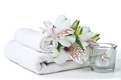 Zasoby dla zdroju, biały ręcznika, świeczki i kwiatu Zdjęcie Royalty Free