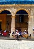 Zastanawiać się na ulicach Hawański Plac De Los angeles Catedral - katedra kwadrat - fotografia royalty free