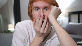 Zastanawiać się, szokuje niezobowiązująco siedzący rudzielec mężczyzna, zamyka up zbiory wideo