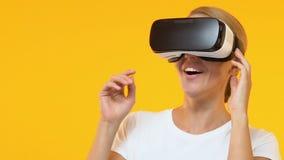 Zastanawiająca się kobieta w rzeczywistości wirtualnej słuchawki cieszy się nowożytną technologię, przyszłość zbiory