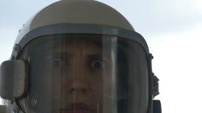 Zastanawiająca się kosmonauta kobieta zdjęcie wideo