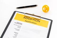 Zastosowanie adoptuje dziecka z atrapą na białym tle zdjęcia royalty free